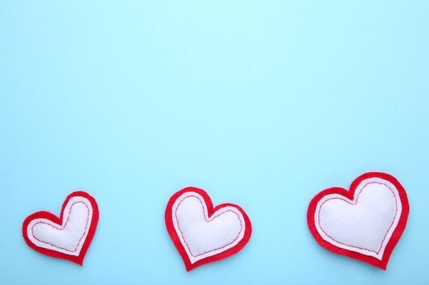 Valentinstag-grußkarte. handmaded herzen auf blauem hintergrund.