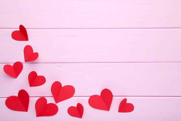 Valentinstag-grußkarte. handmaded rote herzen auf rosa hintergrund.