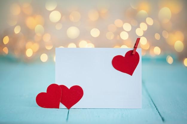 Valentinstag-grußkarte mit einem roten herzen und platz für text und roten kasten