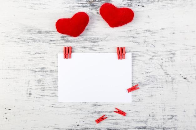Valentinstag. grußkarte mit leerem raum nahe herzen