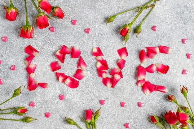 Valentinstag-grußkarte mit rosenblüten.
