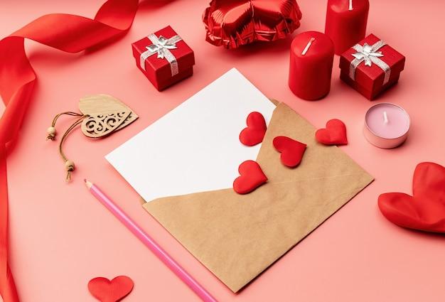 Valentinstag. grußkarte modell vorlage für valentinstag auf rosa mit dekorationen