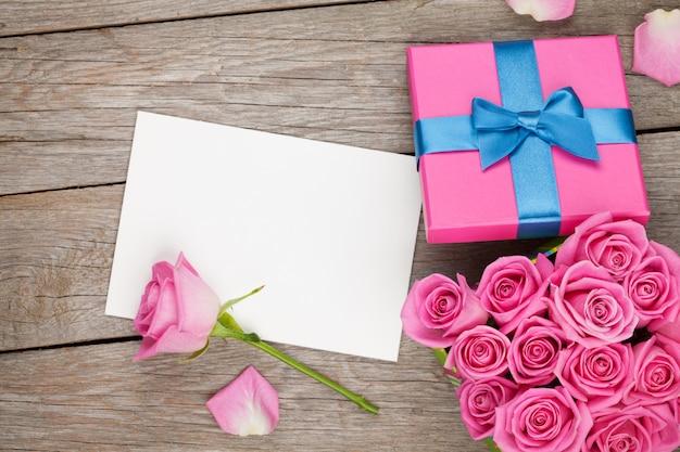 Valentinstag grußkarte oder fotorahmen und geschenkbox voller rosa rosen