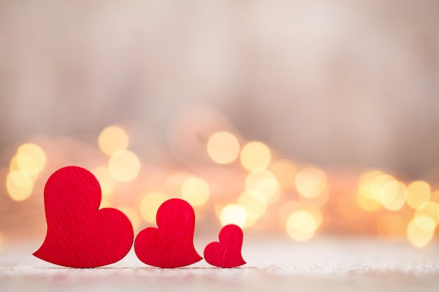 Valentinstag grußkarte. rotes herz auf dem grauen hintergrund.