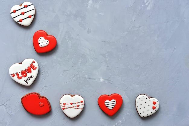 Valentinstag hausgemachte kekse auf ultimate grey hintergrund bedeckt mit zuckerguss mit einem schönen muster lebkuchen.