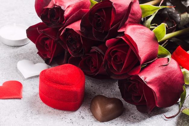 Valentinstag heiraten mich hochzeits-verlobungsringkasten mit rotrosen-schokoladengeschenk