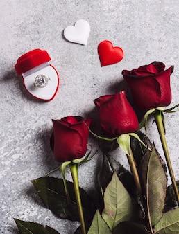 Valentinstag heiraten mich hochzeitsverlobungsring im kasten mit rotrosengeschenk