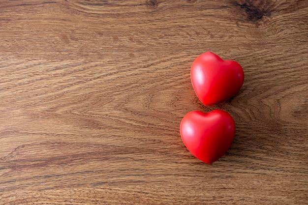 Valentinstag-herzen auf verwitterter hölzerner tabelle weiches romantisches