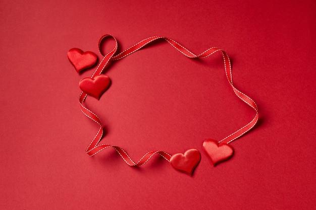 Valentinstag herzen und band. draufsicht mit kopierraum. valentinstag konzept.
