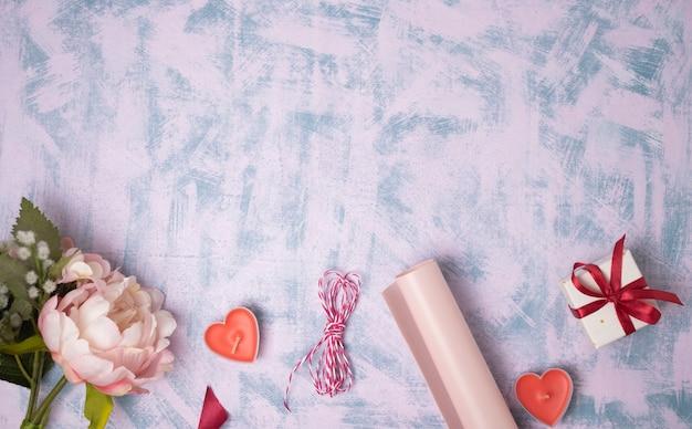 Valentinstag hintergrund. geschenke, kerze, konfetti. flache lage, draufsicht, kopierraum