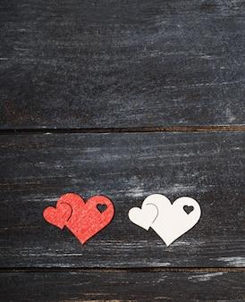 Valentinstag hintergrund. glückliche valentinstagherzen auf holztisch. valentinskarte