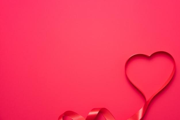 Valentinstag hintergrund mit band als herz für grußkarte geformt