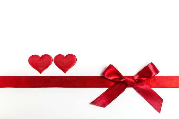 Valentinstag hintergrund mit geschenk und roten herzen, draufsicht. san valentine und das konzept der liebe.