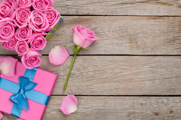 Valentinstag hintergrund mit geschenkbox voller rosa rosen