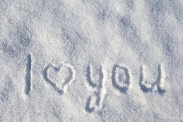 Valentinstag hintergrund mit herz auf einem schneebedeckten hintergrund. ich liebe dich. romantischer hintergrund