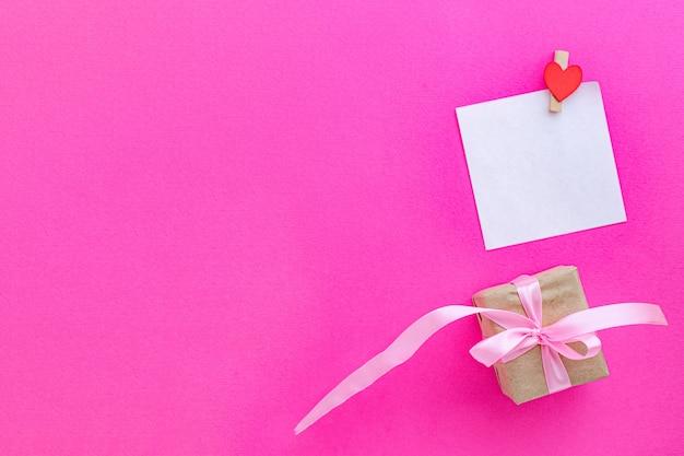 Valentinstag hintergrund mit leerer karte oder notiz und geschenkbox