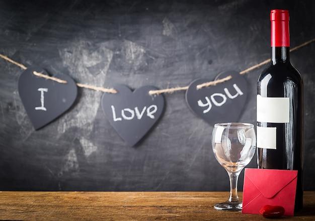Valentinstag hintergrund mit rotwein, weinglas und karte über leuchtendem hintergrund
