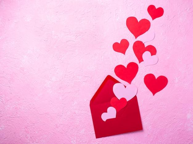 Valentinstag hintergrund mit umschlag