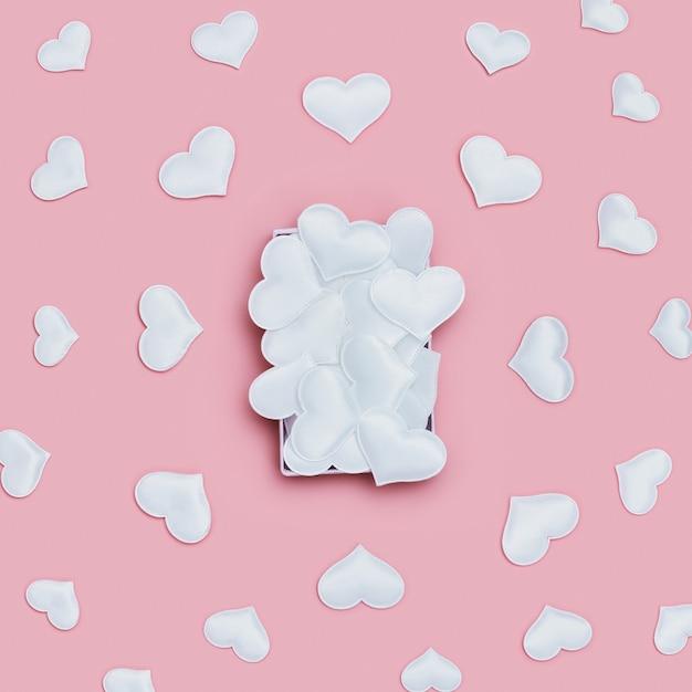 Valentinstag hintergrund mit voller box und fliegenden weißen herzen