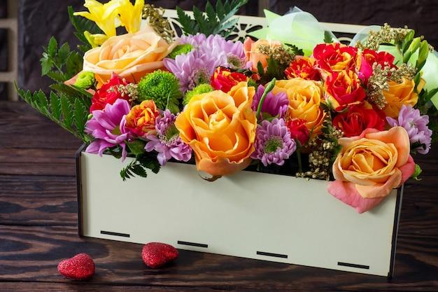 Valentinstag hintergrund oder hochzeitstag. schöner blumenstrauß als geschenk.