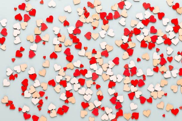 Valentinstag hintergrund pastell herzen auf blauem hintergrund. grußkarte.