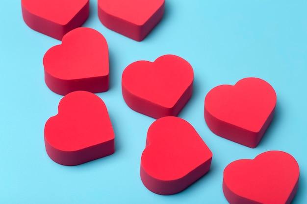 Valentinstag hintergrund. rote herzen auf einem blauen minimalen hintergrund. liebes-, romantik- und herzkonzept.