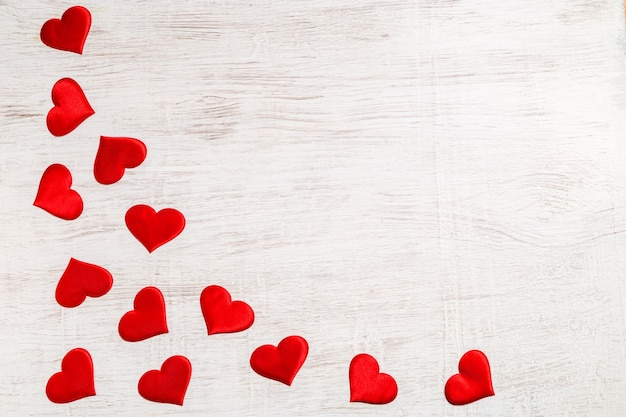 Valentinstag hintergrund. rote herzen, draufsicht. san valentine und das konzept der liebe.