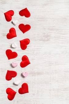 Valentinstag hintergrund. rote herzen und marshmallows. san valentine und das konzept der liebe.