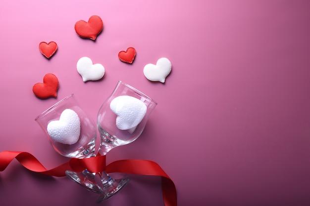 Valentinstag hintergrundgrußkarte liebessymbole, rote dekoration mit herz. draufsicht mit kopierraum und text. flache lage