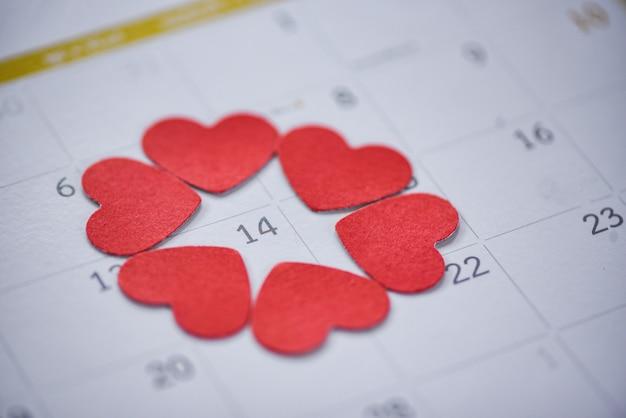 Valentinstag kalender liebe zeit konzept kalenderseite mit roten herzen am 14. februar des valentinstags