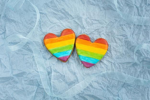 Valentinstag kekse mit lgbt regenbogenfahne gemalt.