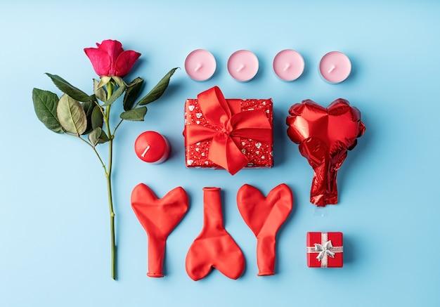 Valentinstag knolling objekte dekorationen auf blauem hintergrund draufsicht flach legen