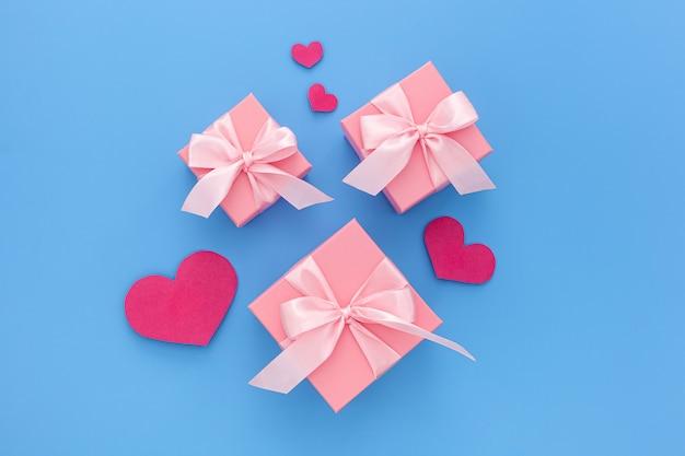 Valentinstag komposition: drei rosa geschenkboxen mit band
