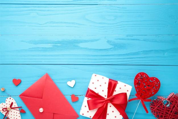 Valentinstag komposition mit geschenken, roten herzen und rose