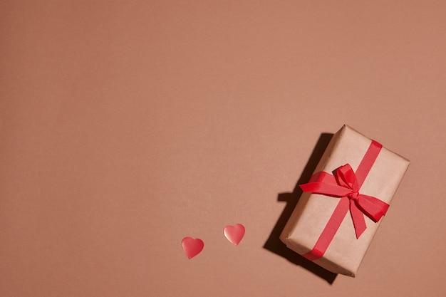 Valentinstag komposition mit kopie raum.präsent oder geschenkbox mit band schleife und roten herzen.