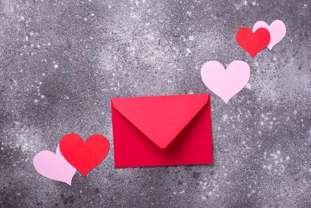 Valentinstag komposition mit umschlag und herzen