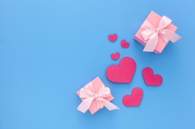 Valentinstag komposition: zwei rosa geschenkboxen mit band