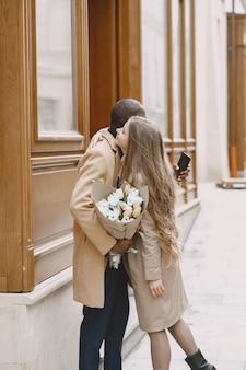 Valentinstag konzept. die leute gehen nach draußen. gemischte leute in einer stadt.