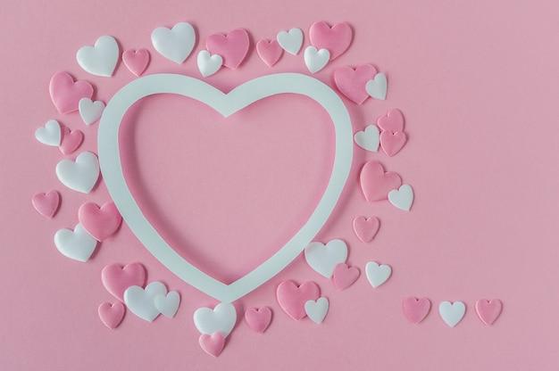 Valentinstag konzept. grußkarte mit einem rosa und weißen herzen