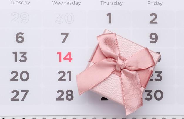 Valentinstag konzept. kalender mit datum und geschenkbox vom 14. februar.