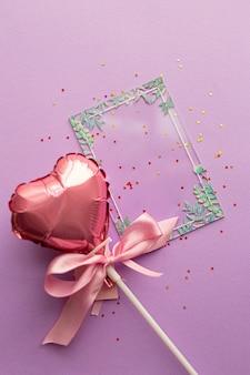 Valentinstag konzept. kreatives layout mit ballon aus valentinstagherzen mit rosa schleife