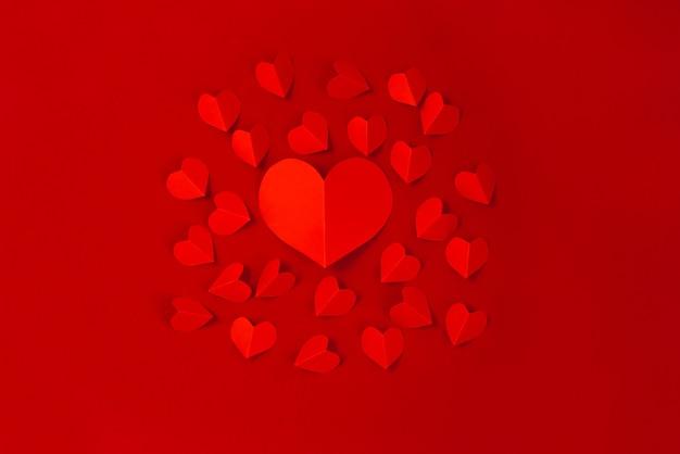 Valentinstag-konzept mit roten herzen auf rotem hintergrund, flache lage, kopienraum