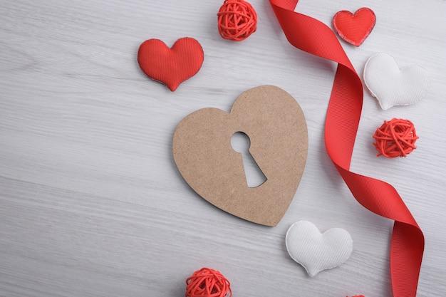 Valentinstag konzept. rote geschenkbänder, geschenke, herzen