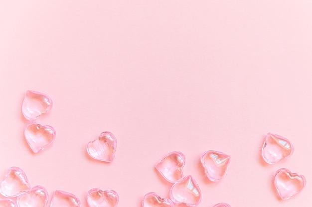 Valentinstag konzept. viele rosa herzen lokalisiert auf rosa pastellhintergrund. postkartenbanner am valentinstag. liebesdatum liebeskummerhochzeitsromantiksymbol. draufsicht flach legen, kopierraum