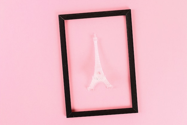 Valentinstag-layout. schwarzer rahmen mit eiffelturm auf rosa pastellhintergrund. valentinstag