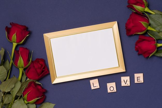 Valentinstag, leerer rahmen, liebe, blauer hintergrund, flache lage, rote rosen
