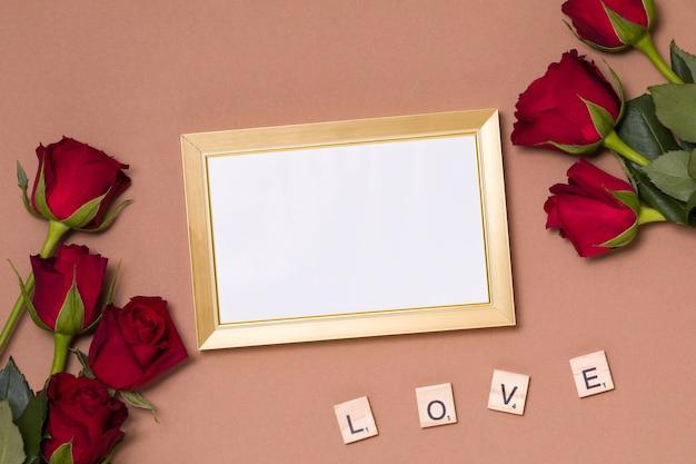 Valentinstag, leerer rahmen, liebe, nackter hintergrund, flache lage, rote rosen