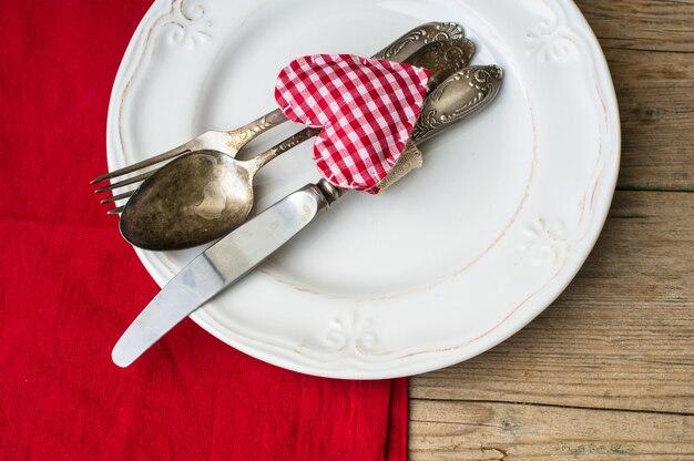 Valentinstag mit gedeck und herzen