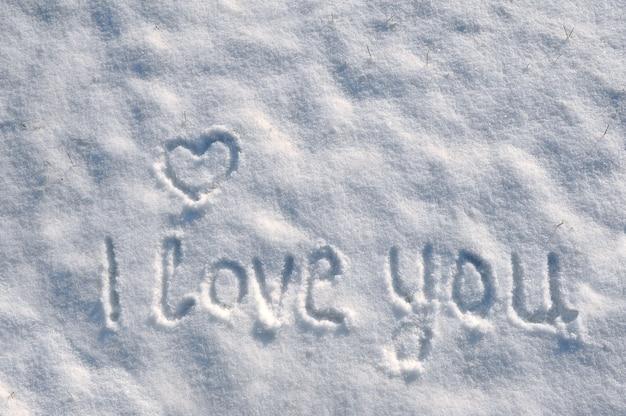 Valentinstag mit herz auf einem schnee.