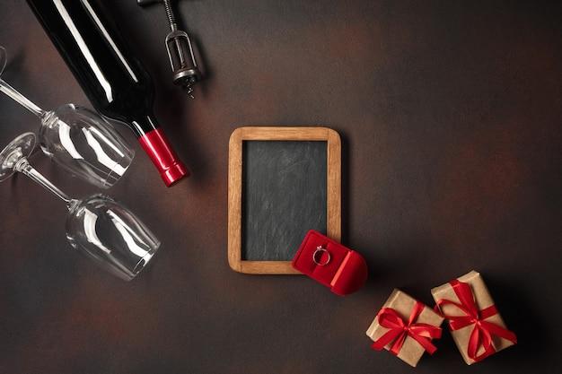 Valentinstag mit herzen, wein, gläsern, geschenken, einer schachtel in form eines herzens und eines korkenziehers